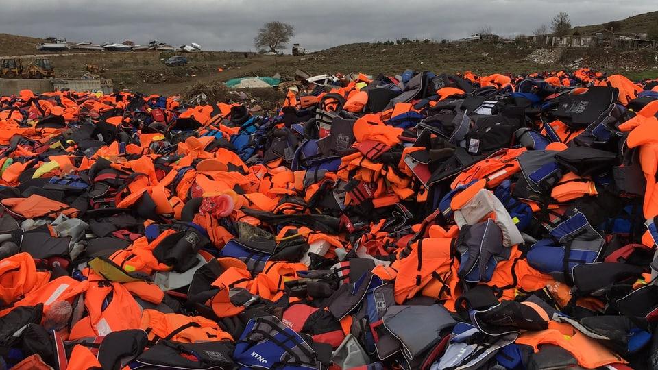 Auf Lesbos türmen sich Hundertausende gebrauchte Schwimmwesten.
