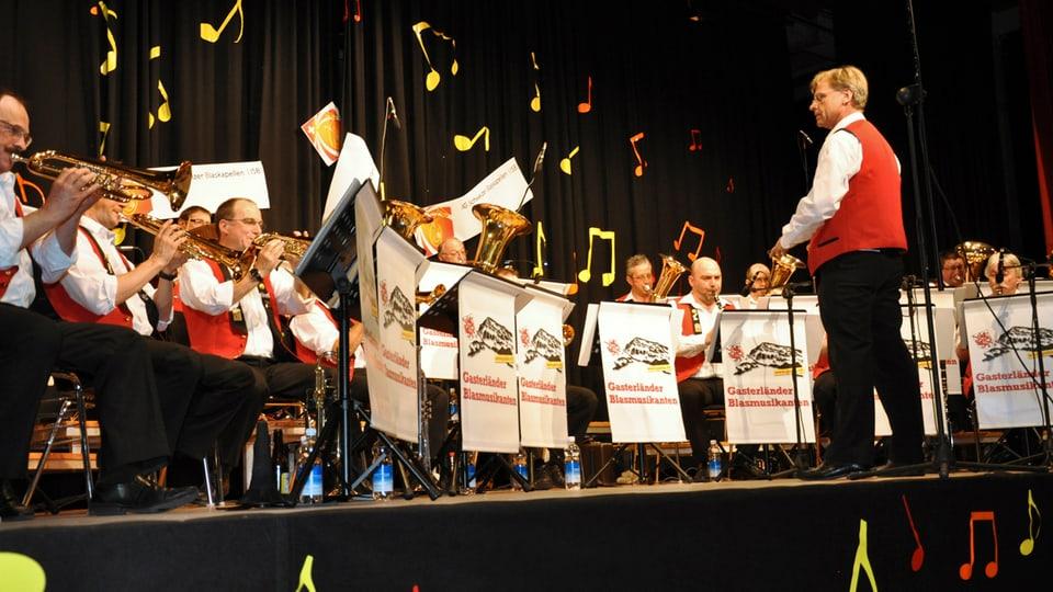 Rolf Gmür dirigiert die Gasterländer Blasmusikanten beim Auftritt in Wauwil, am Galaabend «20 Jahre IG Schweizer Blaskapellen».