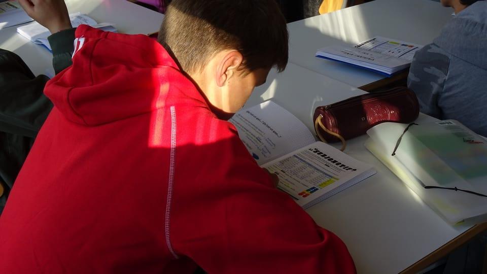 Maurus Malgiaritta va a scola en la «Rittermatte» a Bienna.