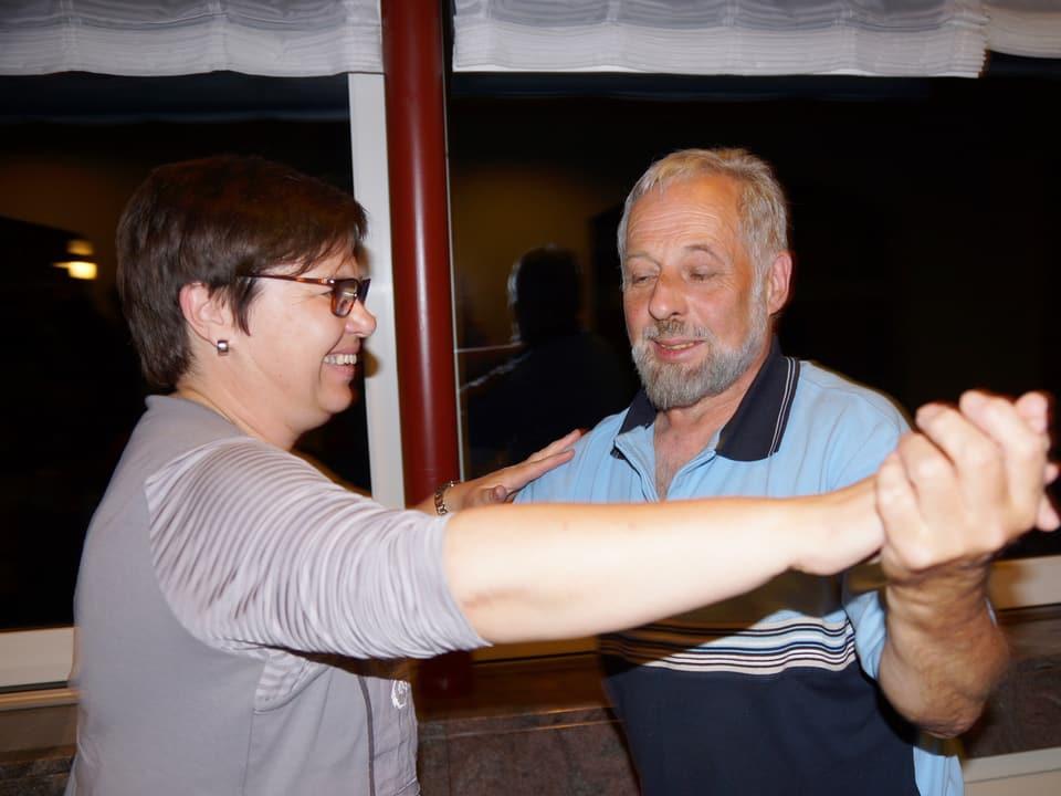 Die Beiden beim Tanz im Saal eines Restaurants.