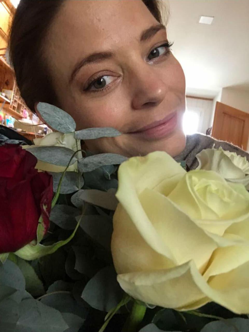 Eveline Suter mit Blumen