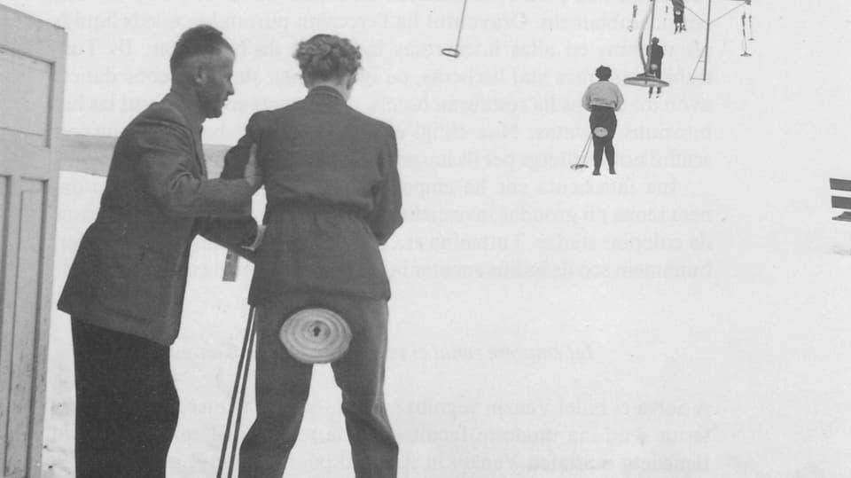 ina foto istorica da persunnas che van cun in runal da tagliers.