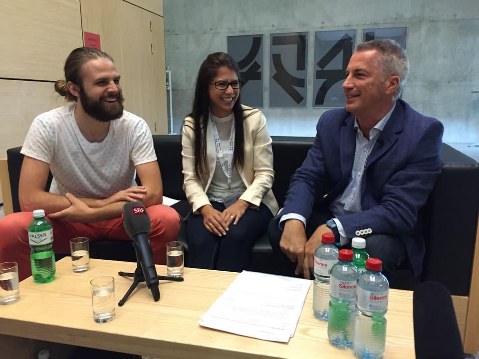 Reto Lipp mit zwei lachenden Studenten.