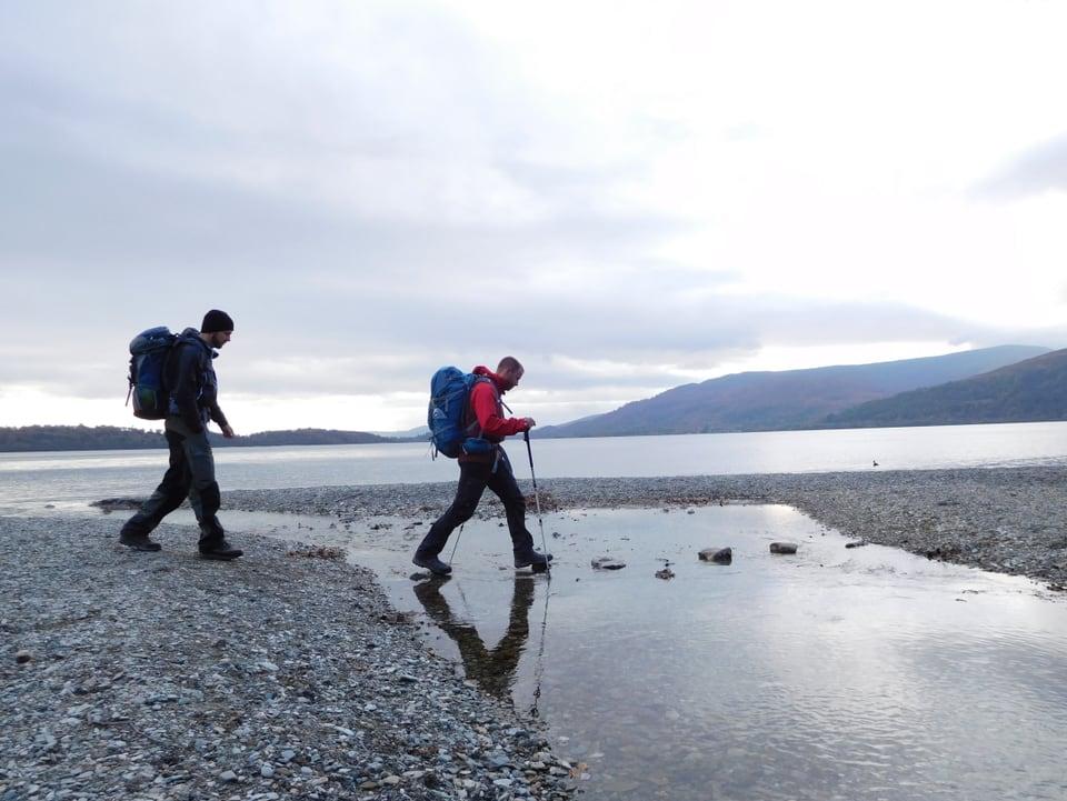 Jonny Fischer und Manuel Burkart wandern in Loch Lomond.