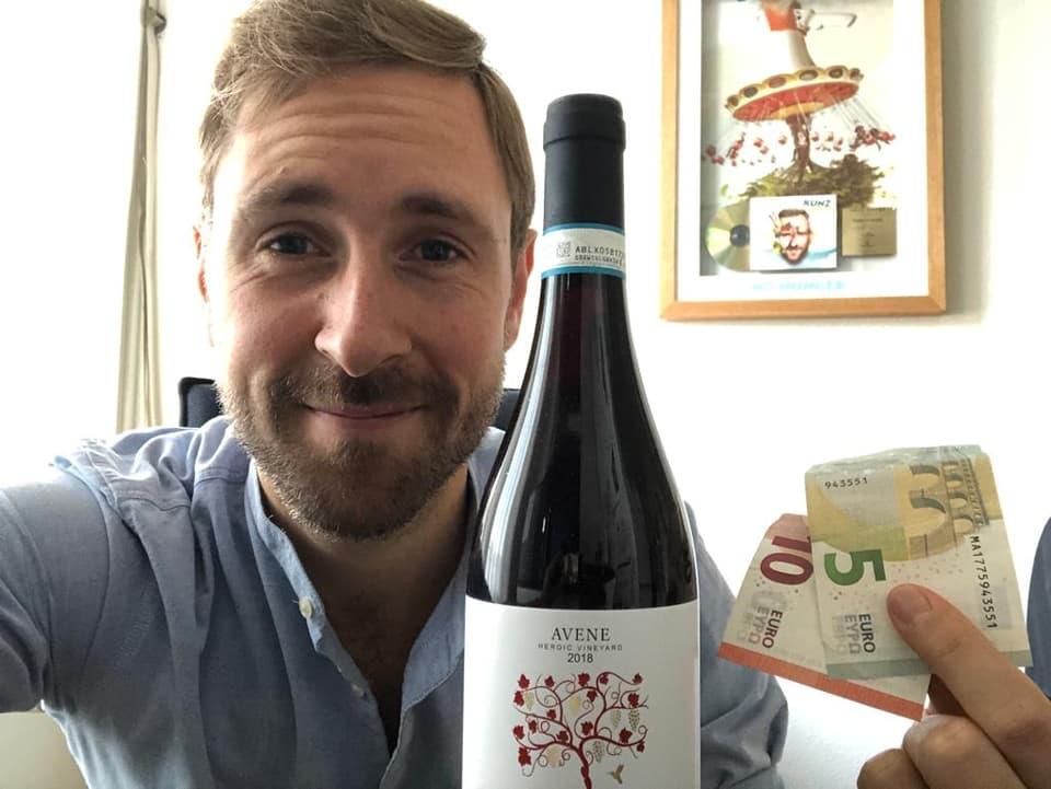 Kunz mit seiner Flasche Rotwein und 15 Euro Feriengeld