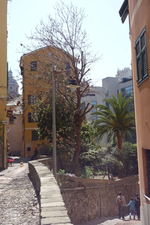 In pitschen iert en ina giassa a Genova.