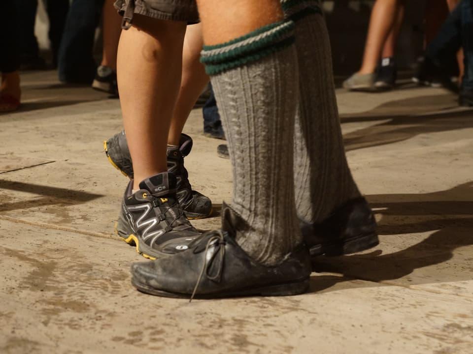 Zwei paar unterschiedliche Schuhe vereint auf der Tanzfläche.