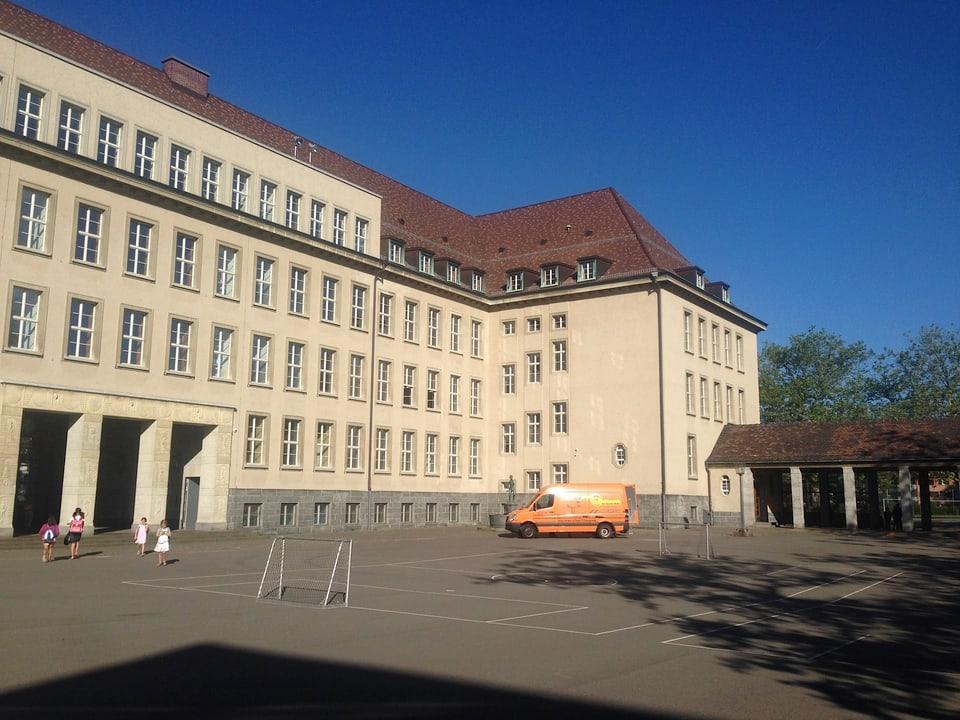 Regula Junninger ist Schulhauswartin im Milchbuck-Schulhaus in Zürich, seit einem Jahr im Amt.