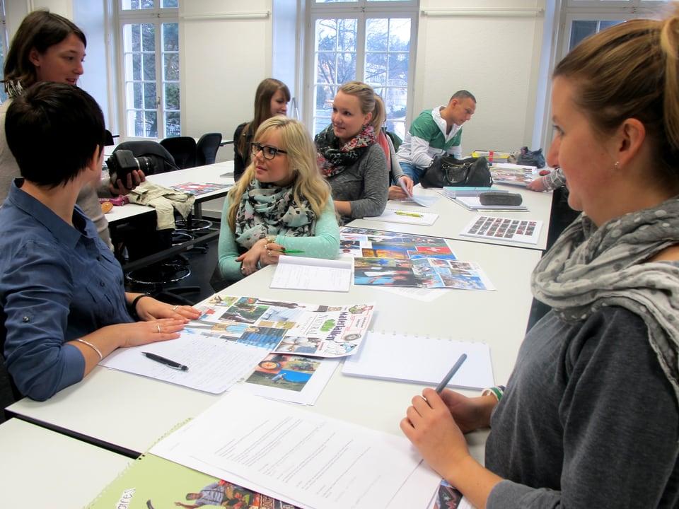 Textilfach-Studentinnen am Entwurfstisch.