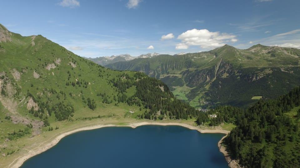 Foto aus der Vogelperspektive: der Lago Tremorgio, rundherum Berge