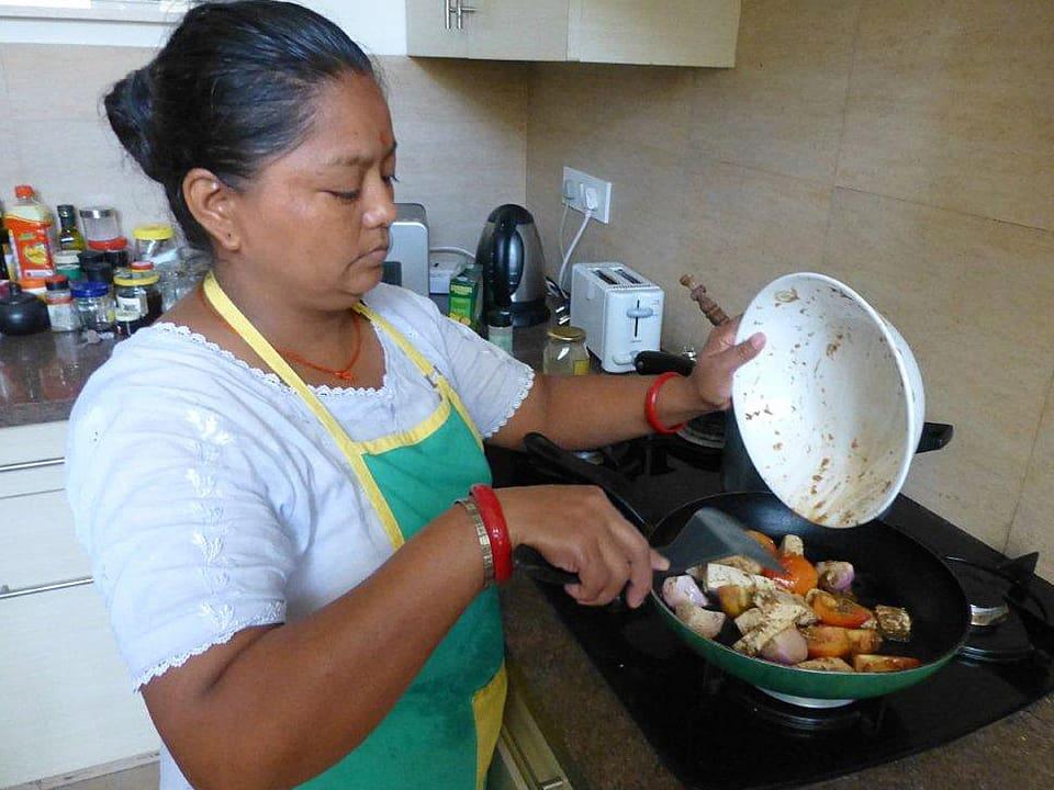 Haushälterin Maja mit Wok.