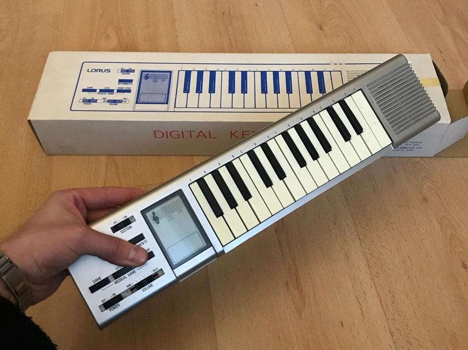 Klavierähnlicher Synthesizer im Miniformat
