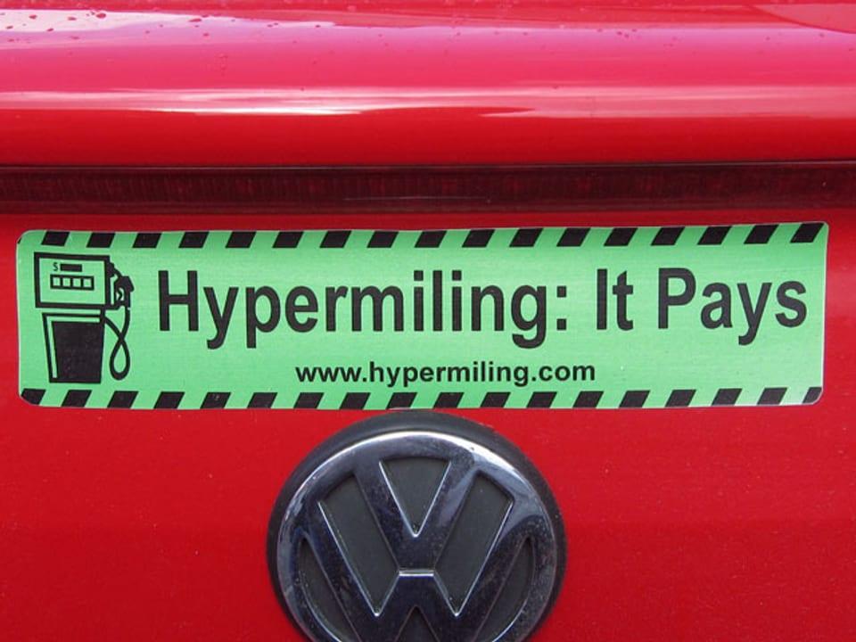 Ein Aufkleber auf einem Auto mit der Aufschrift «Hypermiling: It Pays».
