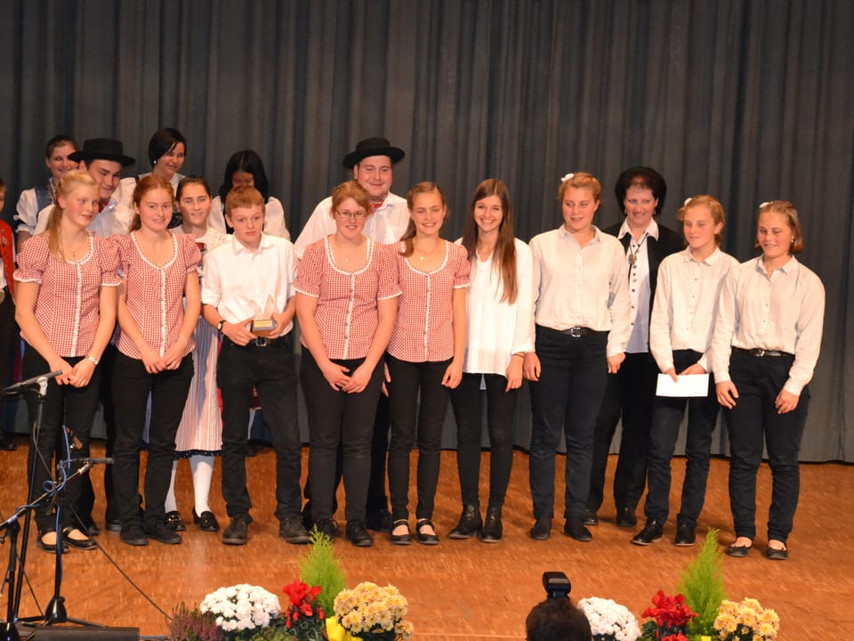Gruppenbild mit jungen Musikantinnen und Musikanten.