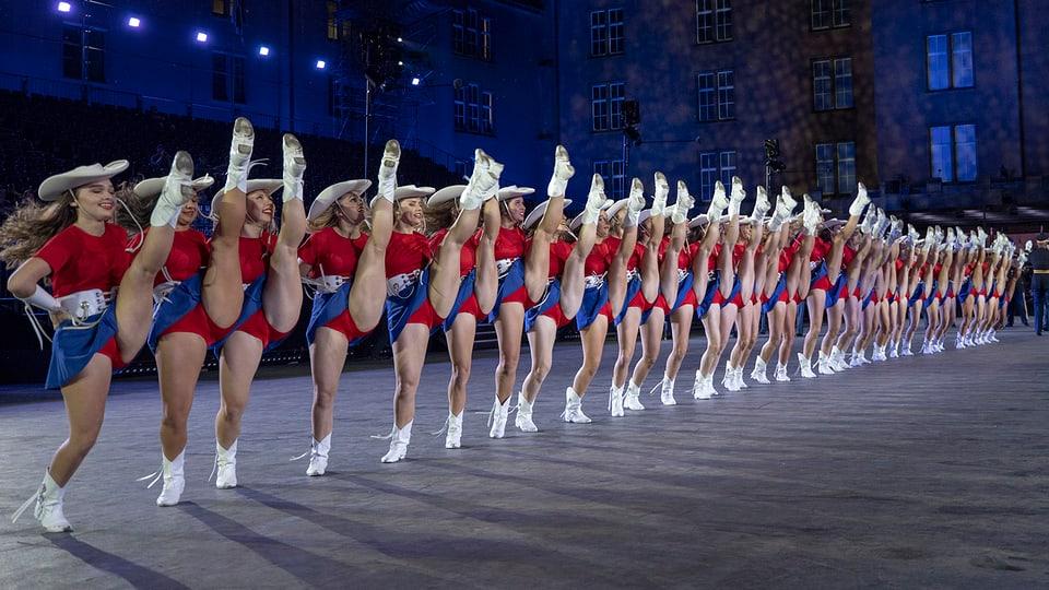 Tänzerinnen in einer Linie.