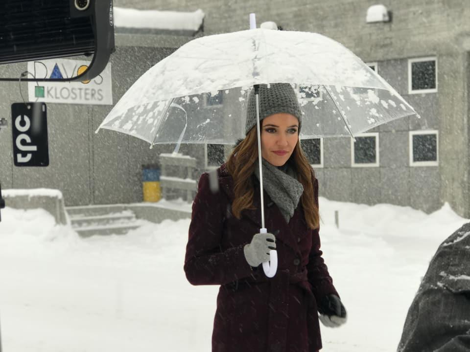 Patrizia Laeri mit Schirm im Schnee