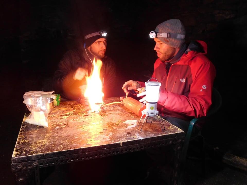 Jonny Fischer und Manuel Burkart kochen mit dem Benzinkocher.