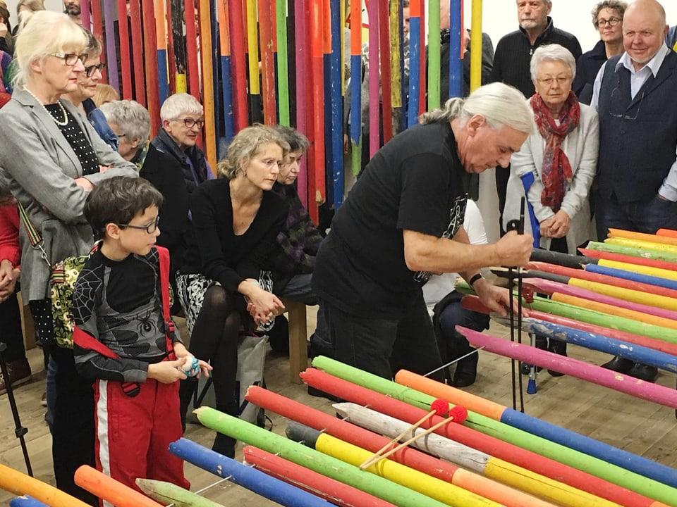 Il percussiunst Fredy Studer en acziun. El ha sviluppà ensemen cun Ursula Stalder l'instrumentari da pals da skis.
