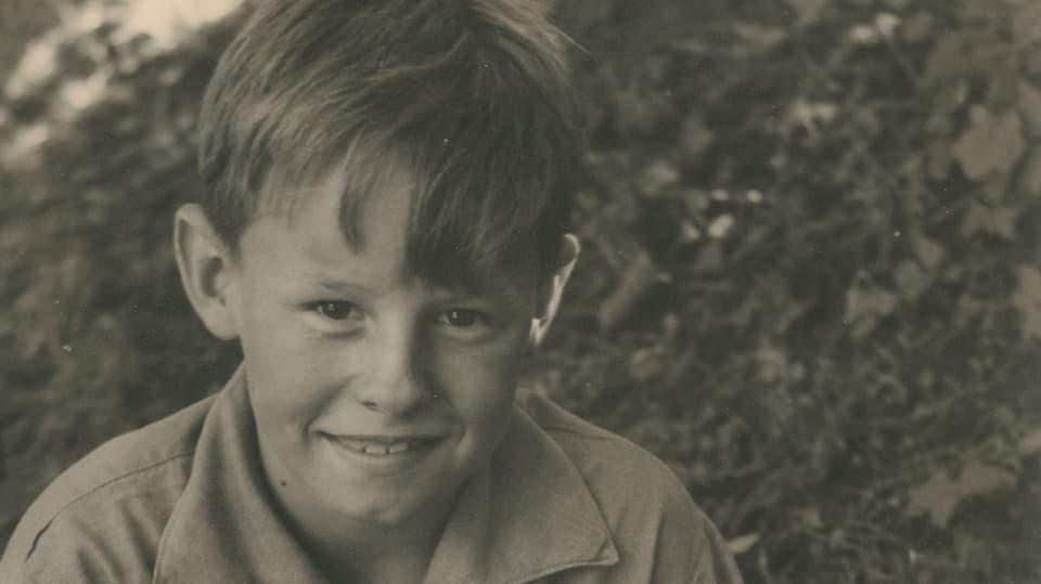 Hermann als Primarschüler lächelt in die Kamera.