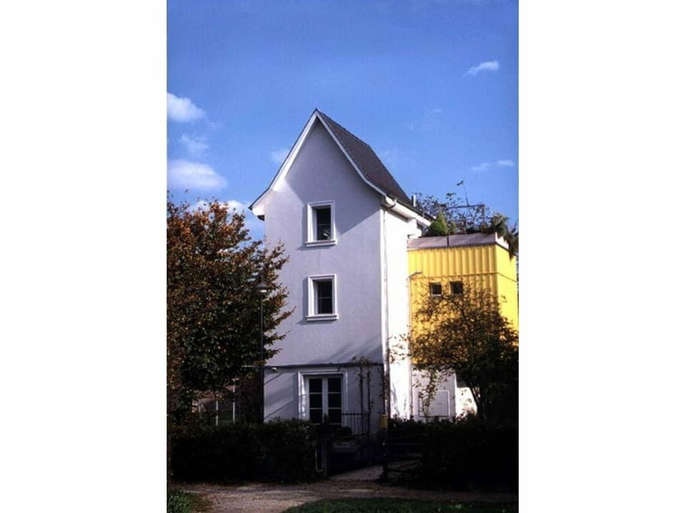 Das umgebaute Trafohaus mit gelbem Anbau.
