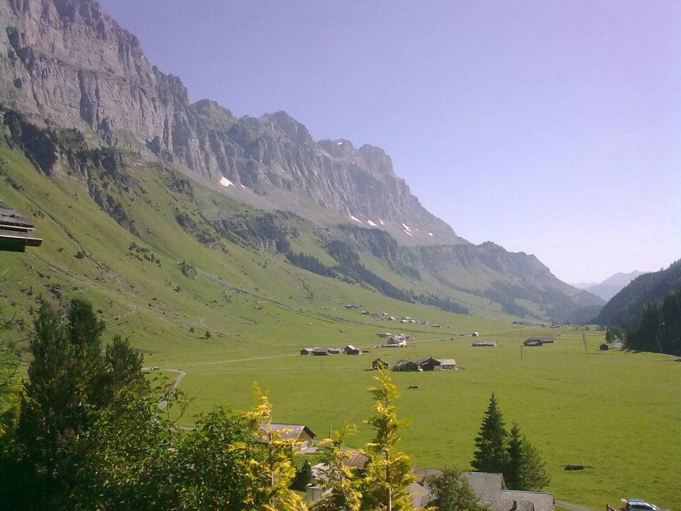 Blick vom Urnerboden hinunter ins Tal, es herrscht herrliches Sommerwetter, der Himmel ist strahlend blau.