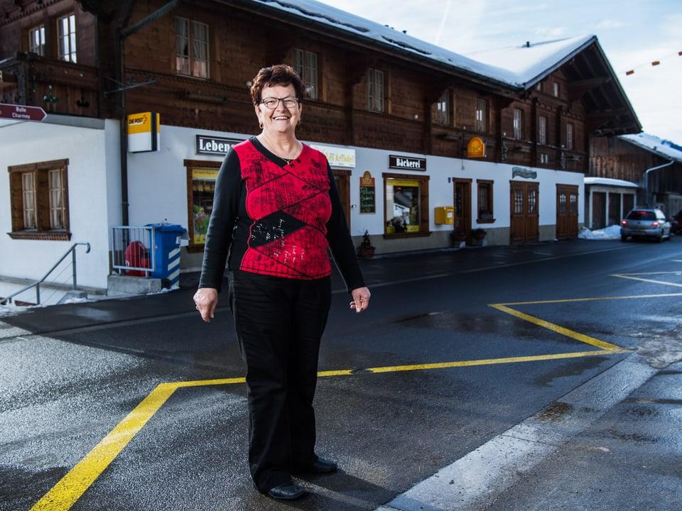 Kathrin vor dem Laden.