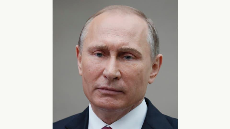 Vladimir Putin cun ina survantscheglia colurada.