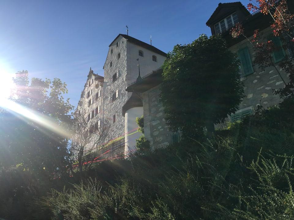 Schloss Wildegg (AG) nahe von unten betrachtet, im Gegenlicht der Nachmittagssonne.