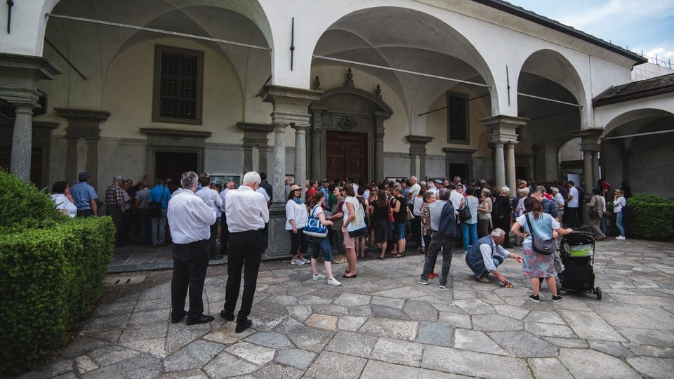 Fulas da glieud spetgan en il curtgin da la Chiesa San Lorenzo