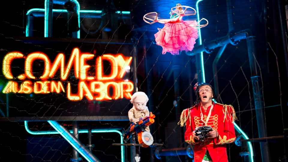 Comedian Toni Caradonna als Superfuffo lässt seine Barbiepuppe fliegen.