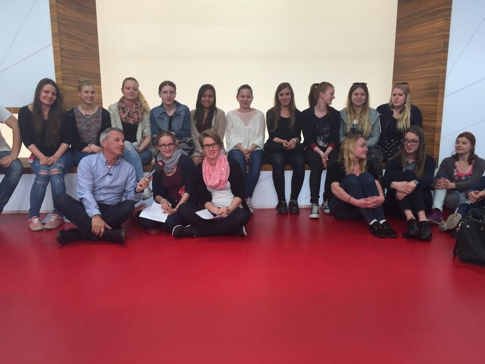 Gruppe von Schülern, zusammen mit Reto Lipp.