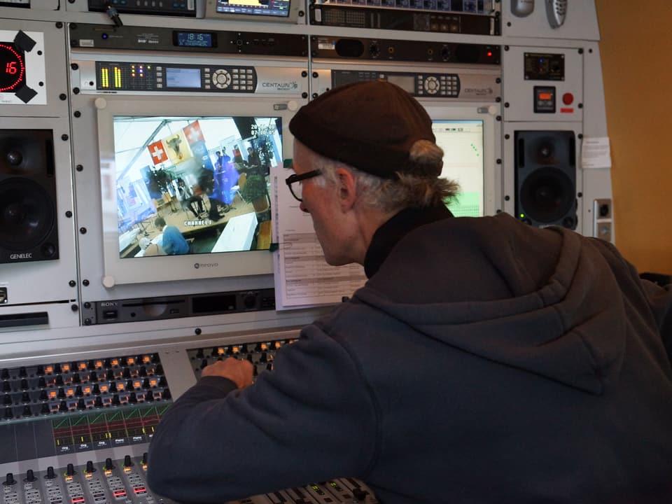 Moritz Wetter in der Regie im Reporterwagen.