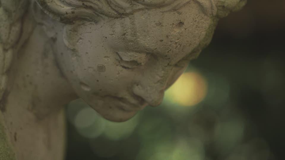 Statuen stehen im Gartenrestaurant Bad Bubendorf.