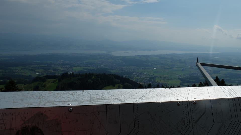 Blick vom Aussichtsturm Bachtel. Vorne: Der Züri-See. Rechts: Der Alpenzeiger.