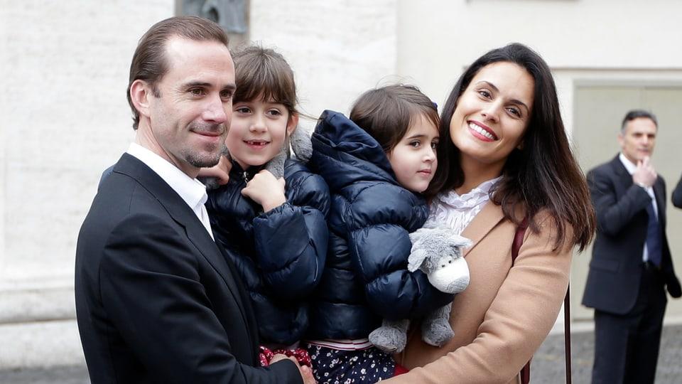 Joseph Fiennes Maria Dolores haben je eine Tochter auf dem Arm und strahlen.