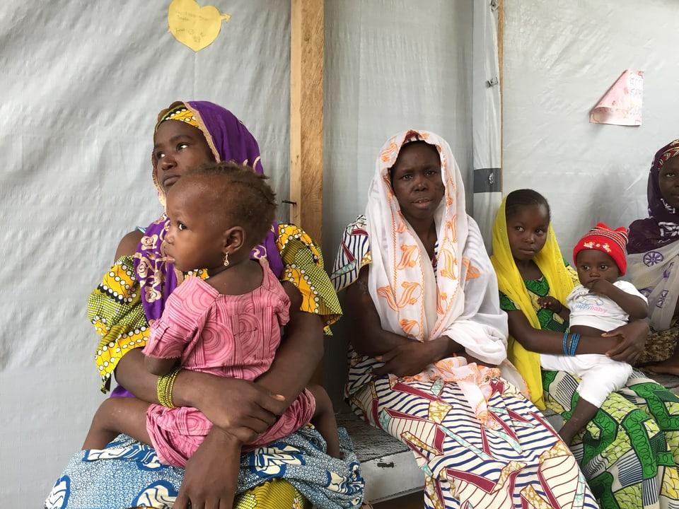 Die jungen Mütter warten im Spital von Mora auf die Behandlung ihrer Kinder.