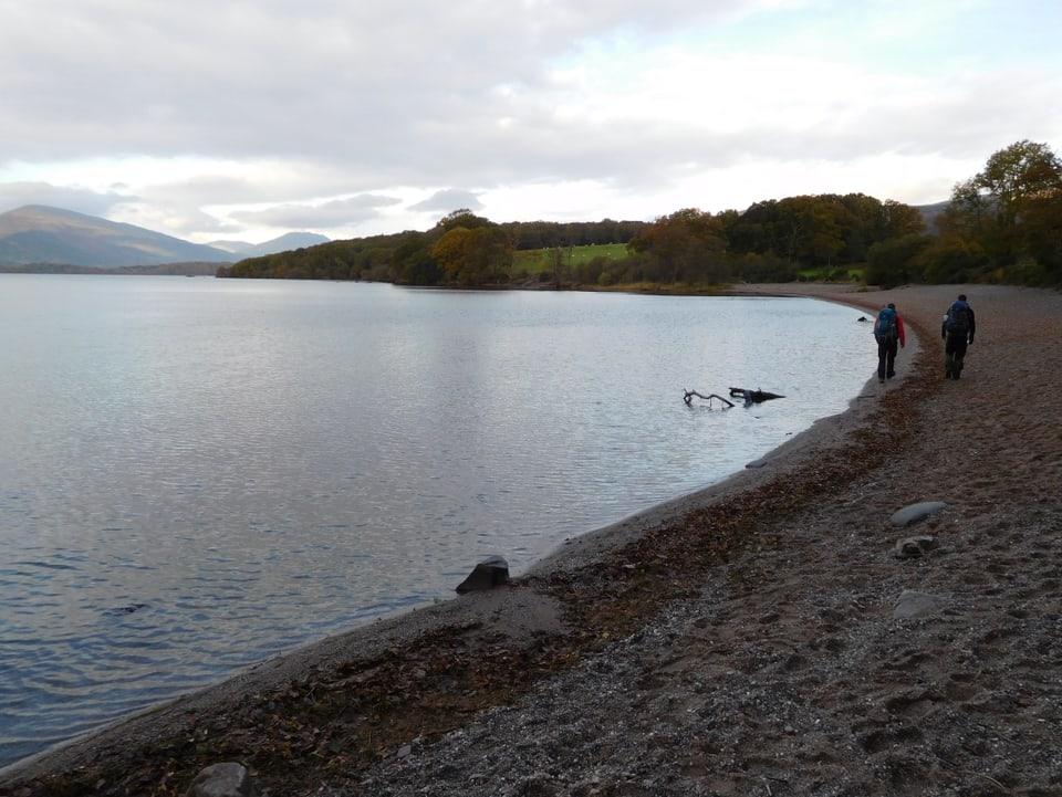 Jonny Fischer und Manuel Burkart laufen entlang des Ufers Loch Lomond.