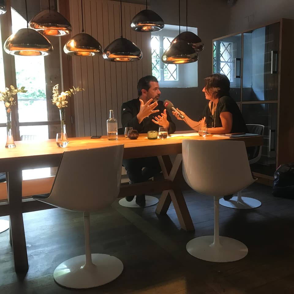 Andreas Caminada e Prisca Bigliel durant l'intervista en la Remisa
