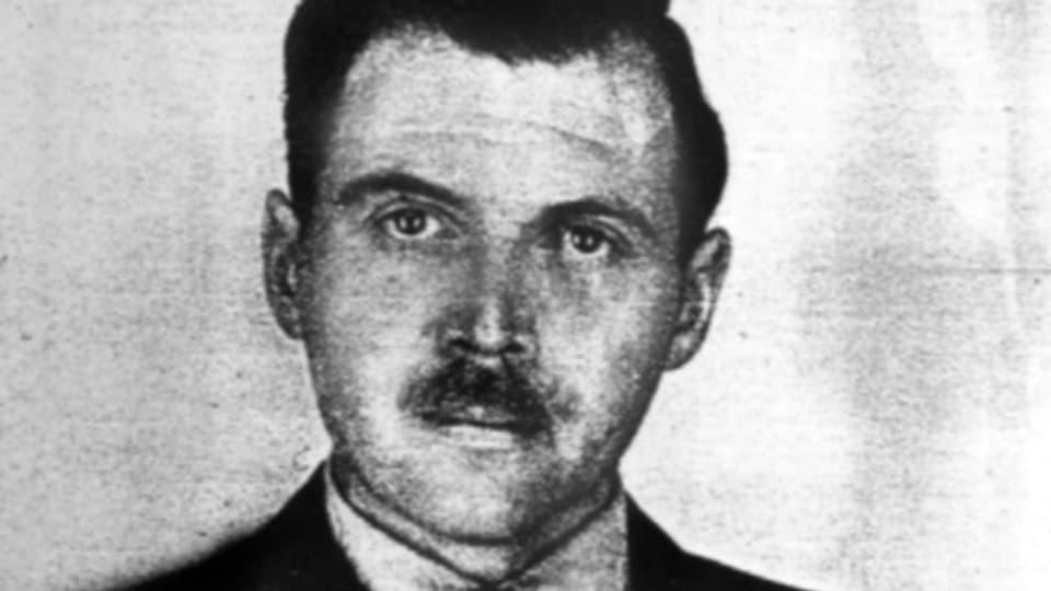 Ein Passfoto von Josef Mengele in Schwarzweiss.
