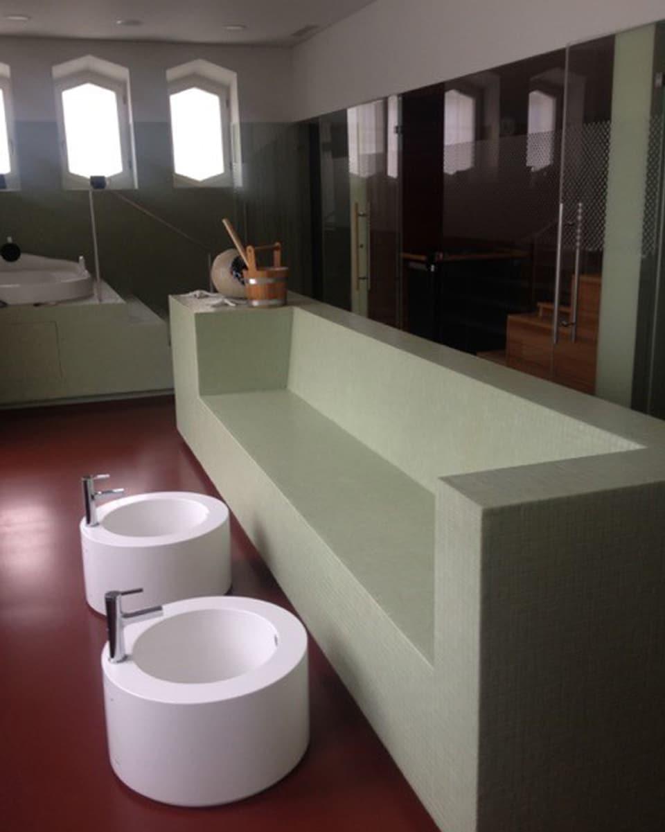 Wellness en la clinica privata Mentalva - ins vesa in baun da crap e dus begls alvs per lavar ils pes.