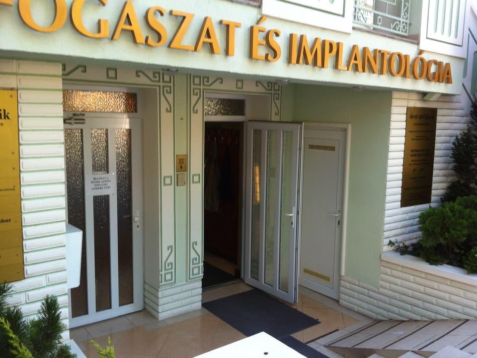 Eingang einer ungarischen Zahnarzt-Gemeinschaftspraxis.