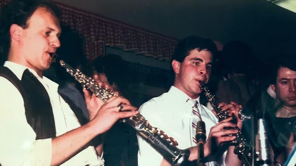 Zwei junge Klarinettisten und ein weiterer Musiker.