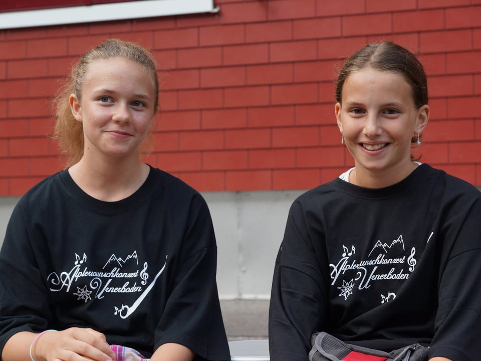 Zwei Mädchen erholen sich nach getaner Arbeit.