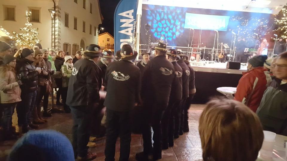 """Ils """"S-chelleders da la Margna"""" stattan en in rintg e fan ir lur stgellas."""