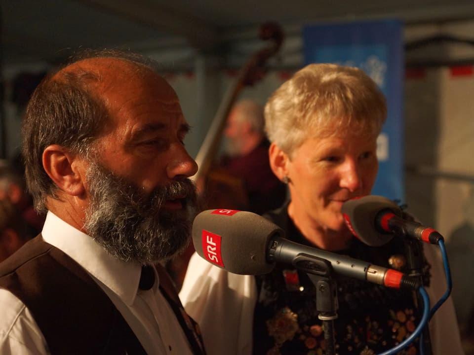 Ein Jodler und eine Jodlerin singen ins Mikrofon.