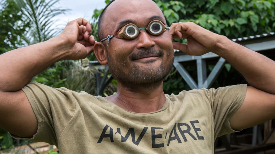 Bootsbauer Tomohiro Yoshida mit Okinawa Tauchbrille auf der Insel Ishigaki