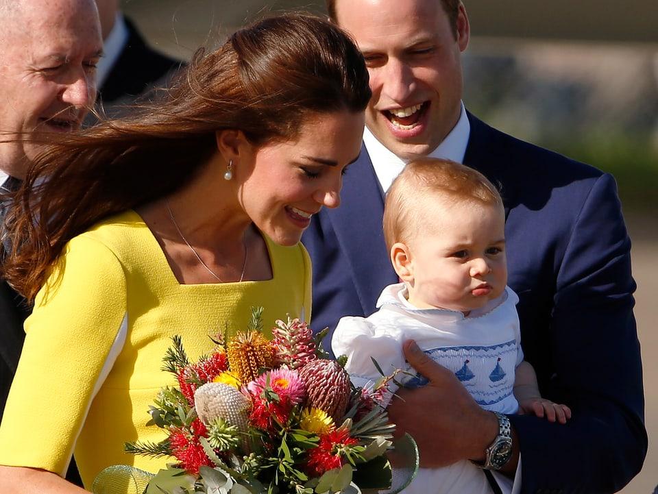 Herzogin Kate trägt einen Blumenstrauss, Prinz William den kleinen George.