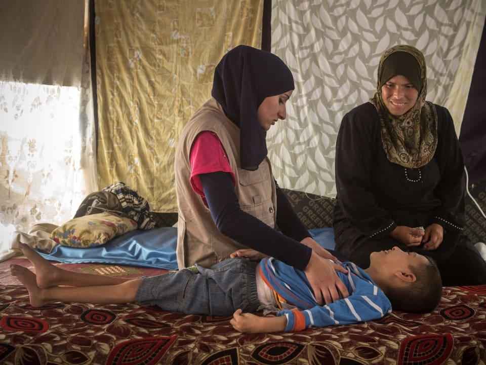 In einem Zelt in Syrien wird ein Kind behandelt.