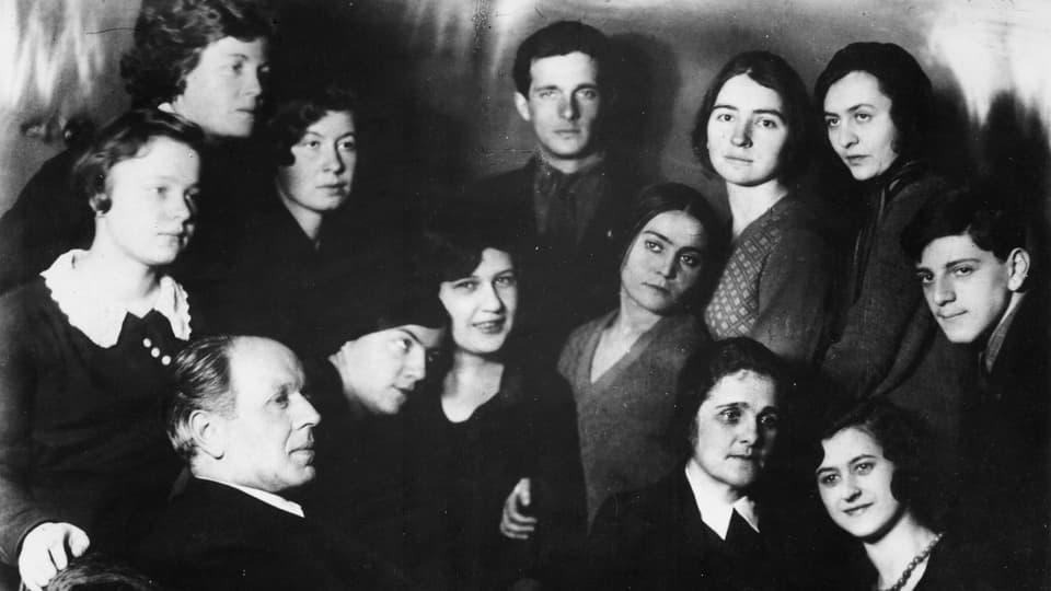 Fritz Platten umringt von seinen Moskauer Studentinnen 1934