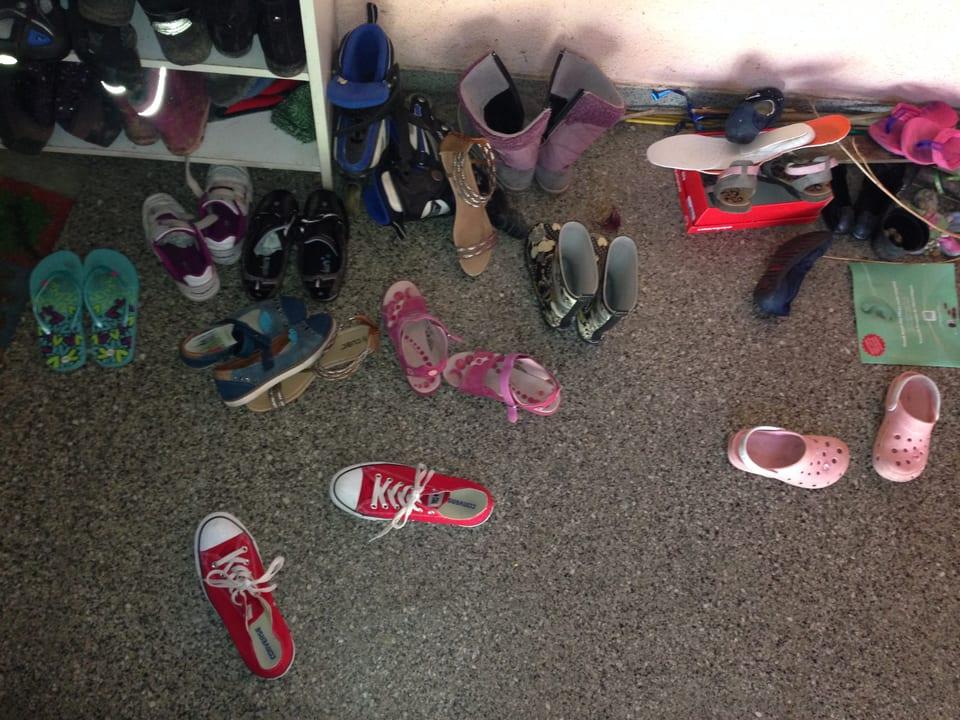 Schuhe im Treppenhaus verstreut.